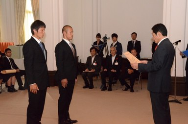 中村知事から表彰される.jpg