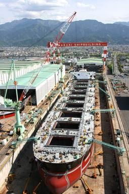 建造中のばら積み運搬船を一望!