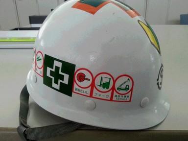資格シールとヘルメット.jpg