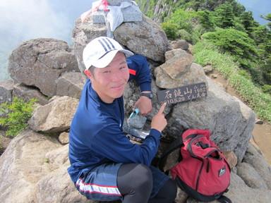 石鎚山の山頂プレートと記念撮影。