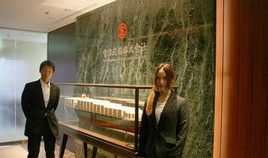 東京支社の入口にて.jpg